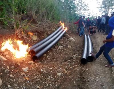 Warga Dodu saat membakar pipa SPAMWarga Dodu saat membakar pipa SPAM. Foto: Bin