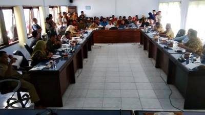 Warga Oi Mbo saat mendatangi Kantor DPRD Kota Bima. Foto: Bin