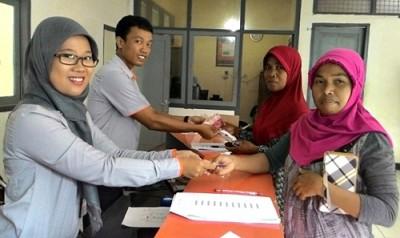 Warga saat menerima Bantuan di Kantor Pos. Foto: Bin
