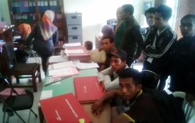 Warga saat mengurus surat keterangan tidak pernah di hukum di PN Raba Bima. Foto: Bin