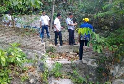 Anggota DPRD Kota Bima saat mengecek sumber air minum 55.