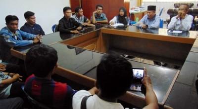 Masyarakat asal 7 desa di Kecamatan Sape saat beraudiensi dengan BPPMDes, Jumat (22/1) pagi.