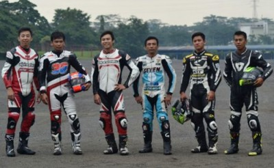 Foto bersama Damrun (Tiga dari kiri) bersama Rider Asia