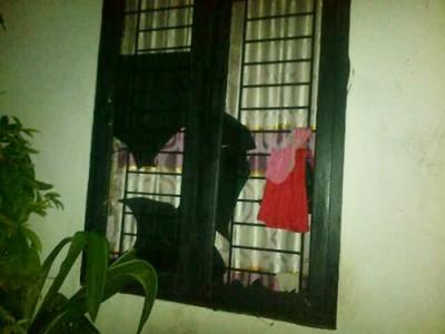 Kaca rumah Dosen STKIP Bima pecah dilempar orang tak dikenal. Foto: Ady