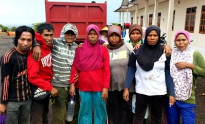 Karyawan dari berbagai desa usai selamatan kantor PT Sanggar Agro. Foto: Ady