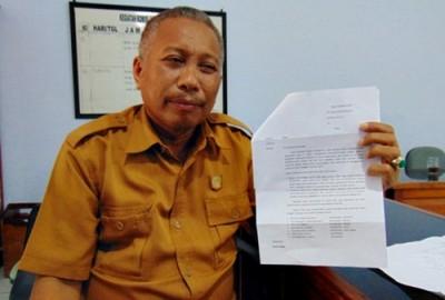 Ketua Komisi I, Sulaiman MT saat menunjukan laporan aduan tertulis seleksi Sekdes dan Kaur 7 Desa di Kecamatan Sape. Foto: Ady