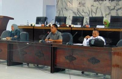 Ketua dan Anggota DPRD Kabupaten Bima saat menerima audiens warga Oi Katupa. Foto: Ady