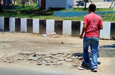 Kondisi pinggir taman Serasuba, rusak. Foto: Ady