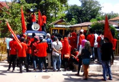 LMND saat menggelar aksi di depan Kantor BPMDes. Foto: Deno