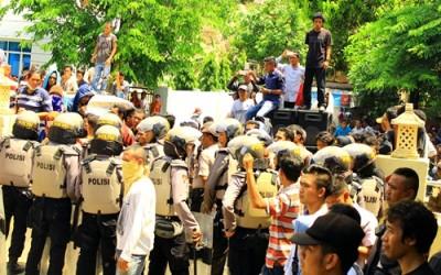 Massa AMAL saat mendatangi Kantor Polres Bima Kota. Foto: Deno