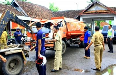 Mobil BPBD digeret ke Kantor Polisi. Foto: Deno