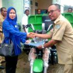 Muthmainnah Bantu Motor Sampah untuk Kelurahan Panggi