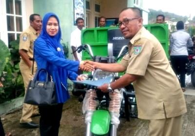 Muthmainnah menyerahkan motor sampah ke Lurah Panggi. Foto: Bin