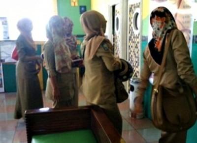 PNS Kota Bima yang hendak masuk karaoke di Ideal. Foto: Eric
