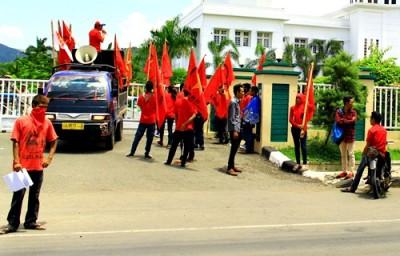 PRD saat demo marmer di kantor Walikota Bima. Foto: Deno