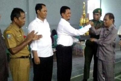 Penyerahan piala bergilir kepada Kepsek MTsN 1 Kota Bima sebagai juara umum. Foto: Eric