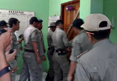 Pol PP saat membuka segel ruang kerja Lurah Sarae. Foto: Ady