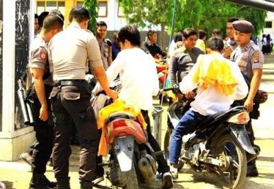 Polisi saat memeriksa motor mahasiswa STKIP Bima. Foto: Deno