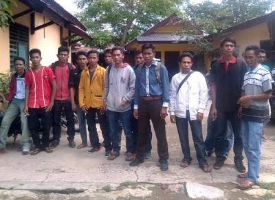Puluhan Peserta Tes Sekdes dan Kaur Desa Jia Kecamatan Sape mendatangi Kantor BPMdes Kabupaten Bima. Foto: Eric