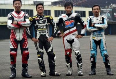 Putra Sang Bima (Kanan) berpose bersama pembalap Asia usai latihan di Sirkuit Sentul