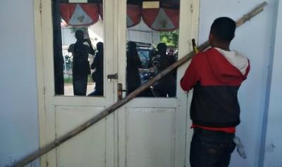 Salah seorang massa saat segel kantor Dinas PU Kota Bima. Foto: Bin