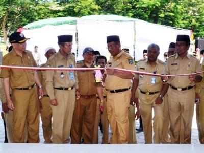 Sekda Kabupaten Bima saat menggunting pita persmian kantor Camat Lambu. Foto: Hum