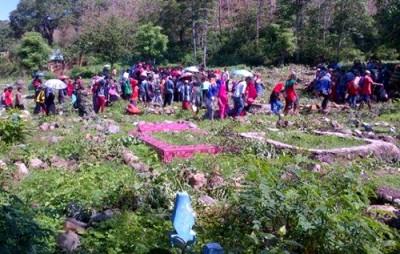 Suasana pemakaman Rhoma Irama, Mahasiswa STKIP Bima yang tewas dibacok. Foto Facebooker