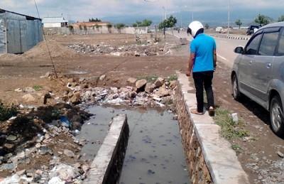 Timbunan yang menutup drainase Pasar Semi Modern Amahami. Foto: Abu