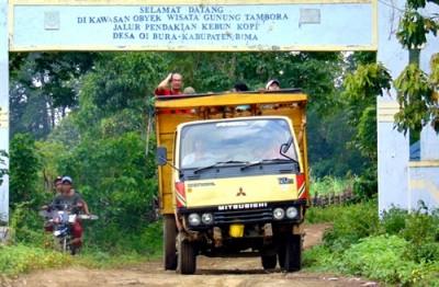 Truk yang digunakan sebagai angkutan umum di Tambora. Foto: Ady