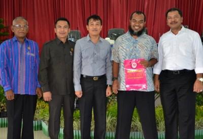Walikota Bima dan Pimpinan DPRD Kota Bima pose bersama saat Sosialisasi program beasiswa Australia Awards. Foto: Hum
