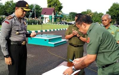 Walikota Bima saat menandatangani surat penyerahan kunci pos Polisi ke Kapores Bima Kota. Foto: Hum