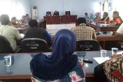 Warga Kelurahan Sarae saat audiens dengan Ketua DPRD Kota Bima. Foto: Erick
