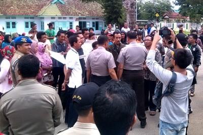 Warga Kelurahan Sarae saat mendatangi kantor Walikota Bima. Foto: Eric