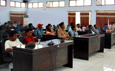 Warga Oi Katupa saat audiens dengan DPRD Kabupaten Bima. Foto: Ady