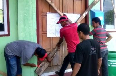 Warga saat segel kantor Kelurahan Sarae. Foto: Eric