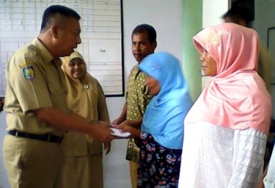Wawali Bima saat menyerahkan santuan kematian kepada warga. Foto: Hum