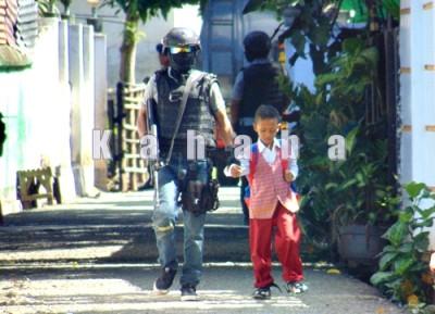 Densus saat evakuasi siswa SD. Foto: Ady