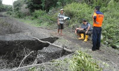 Tim tanggap darurat BPBD Provinsi NTB saat tinjau jalan putus.