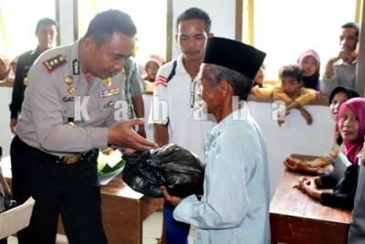 Kapolres Bima, AKBP. Gatut Kusniadin saat menyerahkan bantuan. Foto: Deno