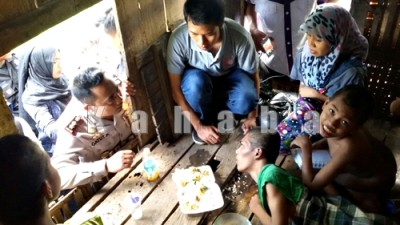 Kapolres Bima saat kunjungi tiga remaja idap Polio. Foto: Deno