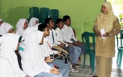 Kepala Dinas Dukcapil Kota Bima Maryamah saat memberikan pengarahan soal E-KTP kepada siswa SMAN 4 Kota Bima. Foto: Bin