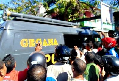 Mobll Gegana saat berada di lokasi penangkapan terduga teroris di Penatoi. Foto: Ady