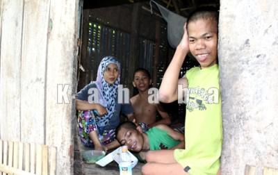 Nurmala bersama tiga orang adiknya yang idap penyakit Polio. Foto: Deno