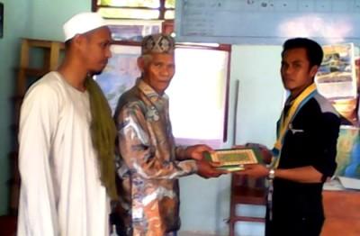 PMII menyalurkan bantuan Al-Qu'ran kepada masyarakat. Foto: Ady