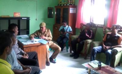 Pertemuan Warga Kelurahan Sarae, bersama Lurah dan Pemilik Hotel. Foto: Eric
