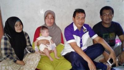 Perwakilan Komnas HAM Muhtar (Dua dari kanan) saat mendampingi keluarga FJ. Foto: Deno