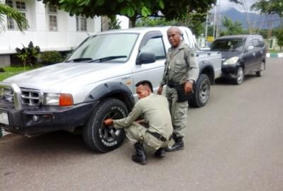 Pol PP saat kempeskan Mobil PNS yang tidak tahu aturan. Foto: Deno