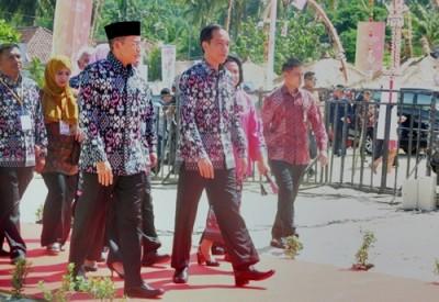 Presiden RI Joko Widodo didampingi Gubernur NTB saat memasuki arena HPN. Foto: Ady