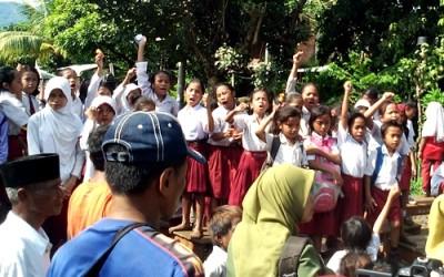 Siswa SDN 2 Ngali saat boikot jalan.