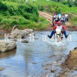 Menuju Kampung Ini, Harus Sebrangi Sungai Sedalam Satu Meter